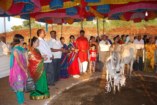 Worshiping the cow and its calf on Vasu-Baras